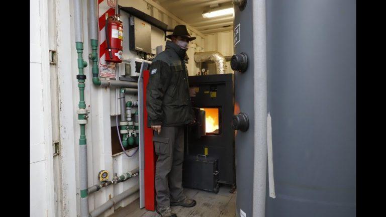 Ya funciona la caldera que usa residuos forestales y consume un tercio de lo que cuesta el gas.