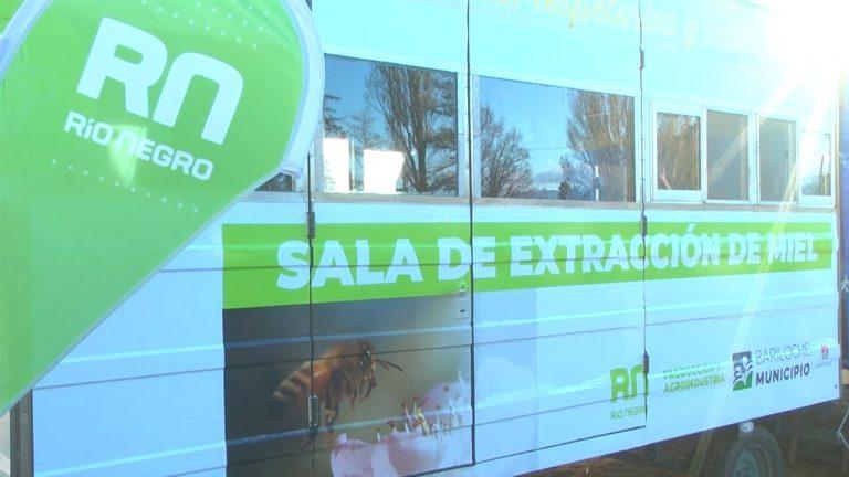 Presentaron una novedosa sala móvil de extracción de miel en Bariloche